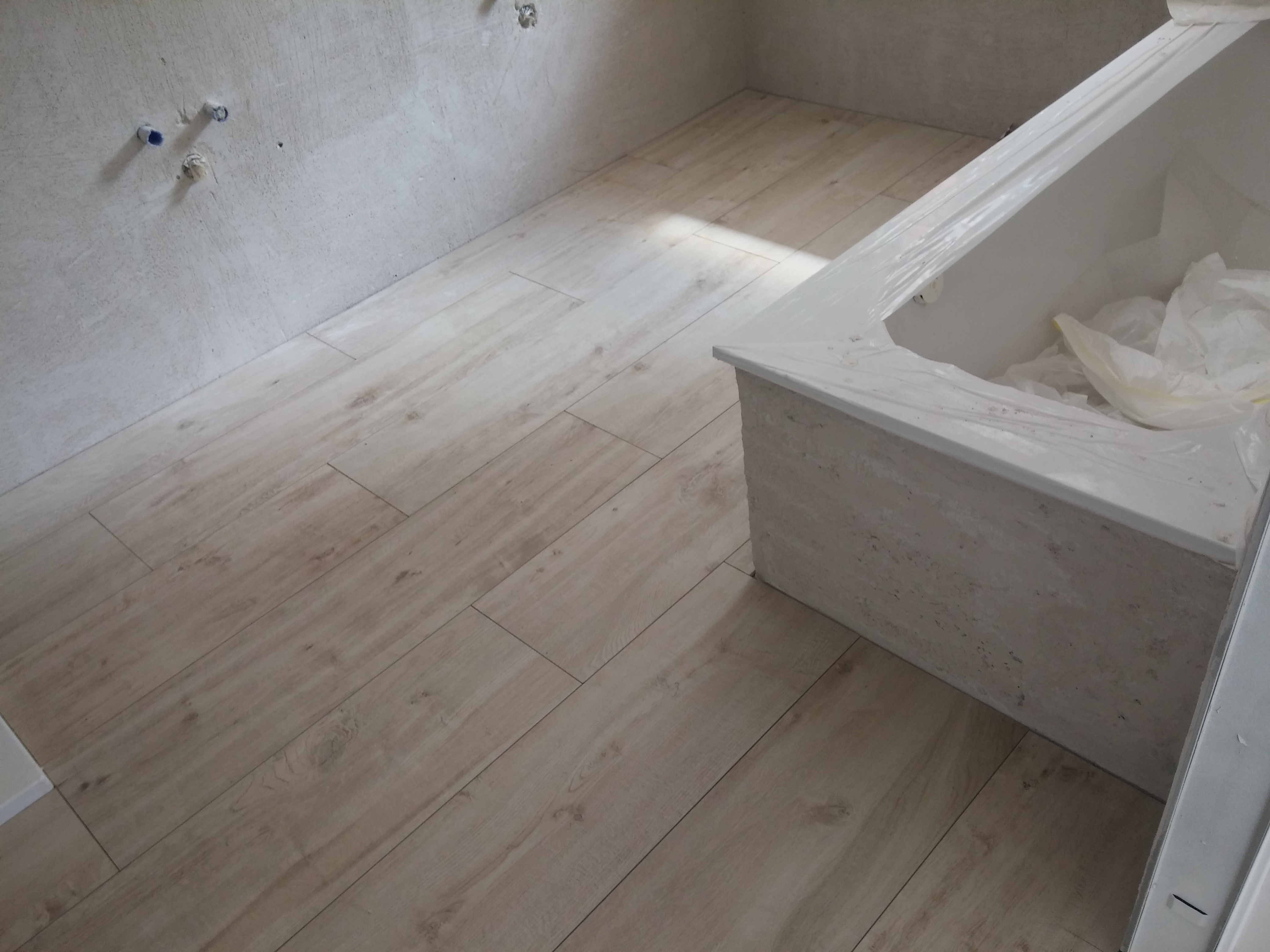 Arredamento lavanderia - Bagno finto legno ...