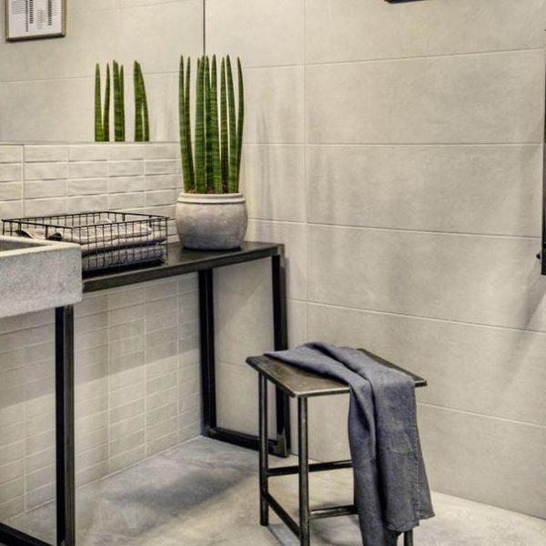 Chalk, un unico formato 25x76 cm in 5 colori neutri, risponde alle tendenze contemporanee che vedono l'estetica dell' effetto cemento protagonista non solo come materiale industriale, ma anche come rivestimento per ambienti pubblici e privati. Il pattern geometrico, le strutture Fiber e Brick insieme al mosaico rendono questa ceramica ideale a differenti stili abitativi.