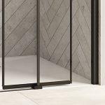 È un box doccia caratterizzato da porte in vetro senza cornice, facilmente scorrevoli grazie alla microguida montata sul piatto doccia.